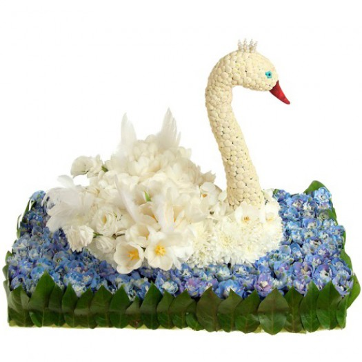 Белый лебедь из живых цветов